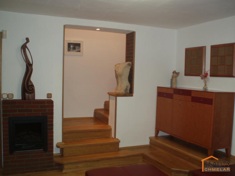Obývák se vstupem do patra