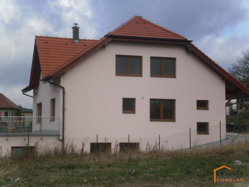 pohled z boku na dům