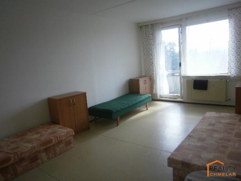 obývací pokoj se vstupem na balkón